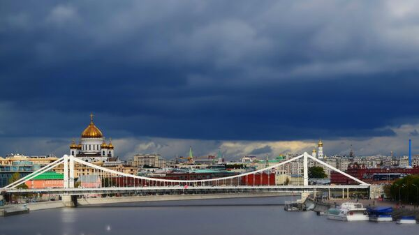 Крымский мост и храм Христа Спасителя в Москве