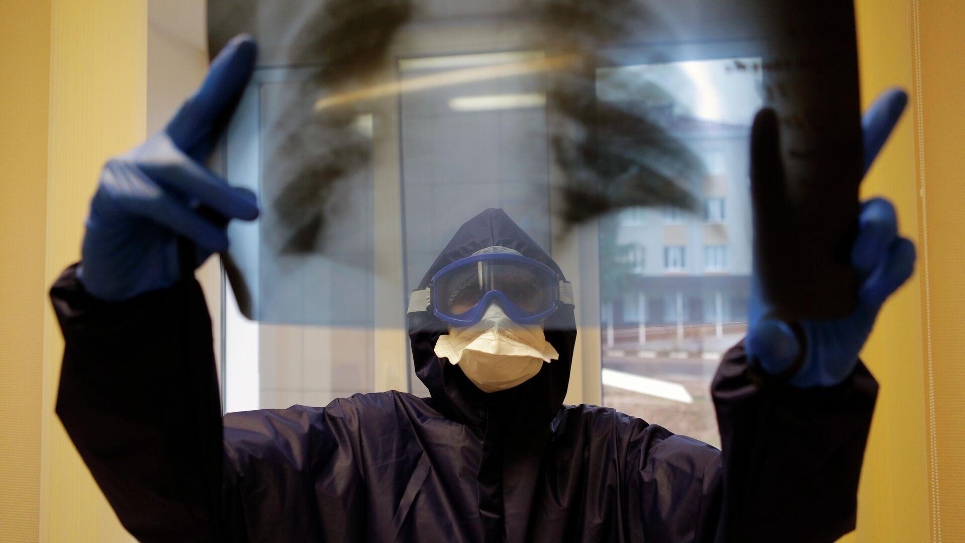 Медицинский работник  в ковид-госпитале, организованном в центральной районной больнице в Белгородской области - РИА Новости, 1920, 04.02.2021