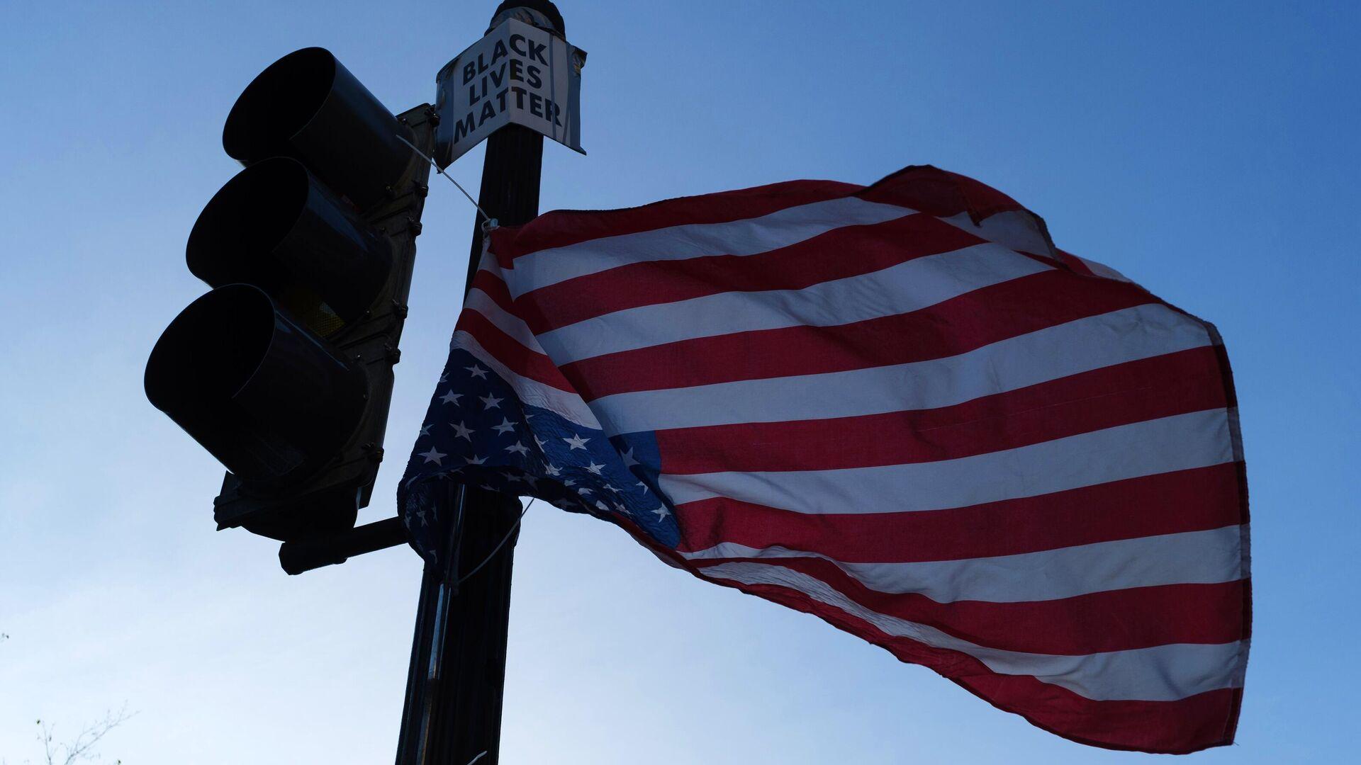 Флаг Соединенных Штатов Америки на светофоре на одной из улиц в Вашингтоне в преддверии выборов президента США - РИА Новости, 1920, 08.12.2020