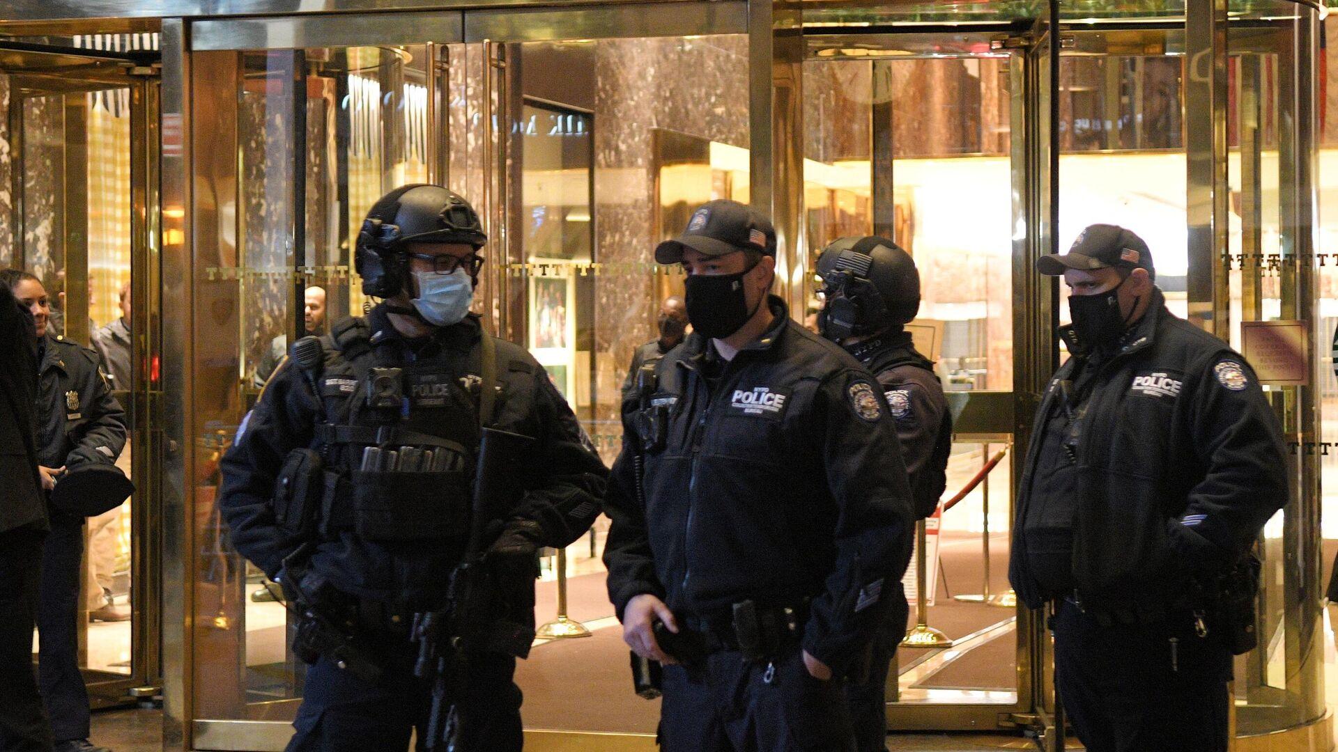 Сотрудники полиции у Башни Трампа в Нью-Йорке в день выборов президента США - РИА Новости, 1920, 23.11.2020