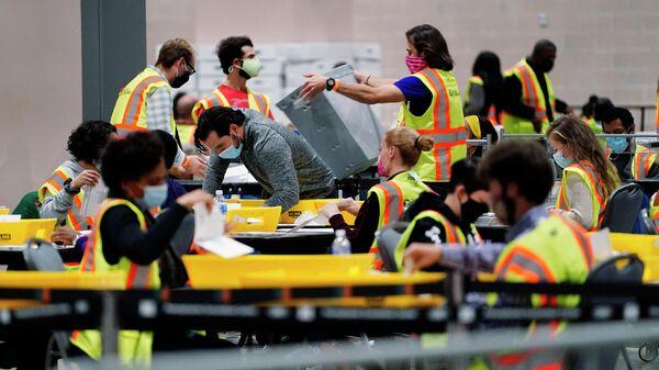Сотрудники избирательной комиссии во время подсчета голосов на президентских выборах в Филадельфии, США