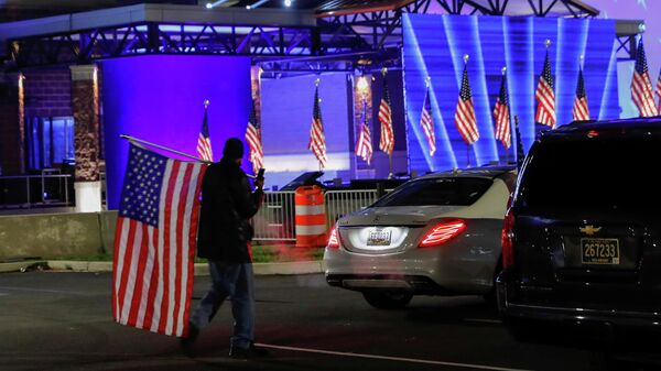 Сторонник кандидата в президенты США Джо Байдена в Уилмингтоне в день выборов президента США