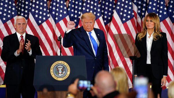 Президент США Дональд Трамп, первая леди Мелания и вице-президент Майк Пенс во время заявления относительно первых результатов президентских выборов в США