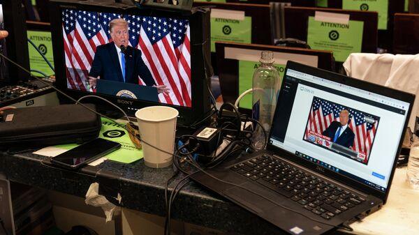 Трансляция выступления Дональда Трампа в комнате для брифингов Джеймса Брэди в Вашингтоне
