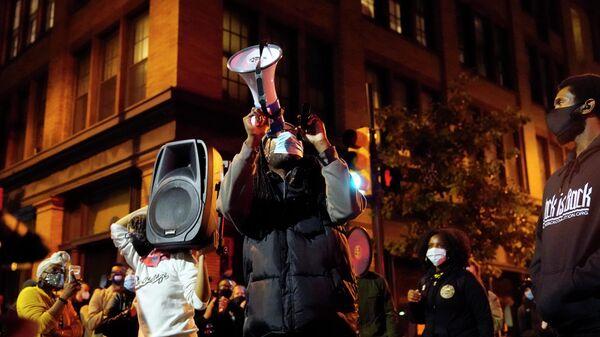 Протестующие в Филадельфии в ночь подсчета голосов на выборах президента США