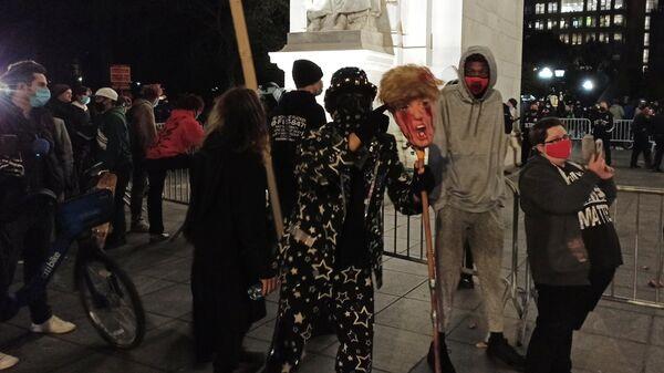 Люди на улице Нью-Йорка в ночь подсчета голосов на выборах президента США