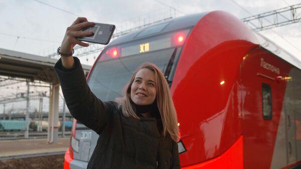 Девушка делает селфи у скоростного поезда Ласточка перед отправлением первого рейса с железнодорожного вокзала Челябинска в Магнитогорск