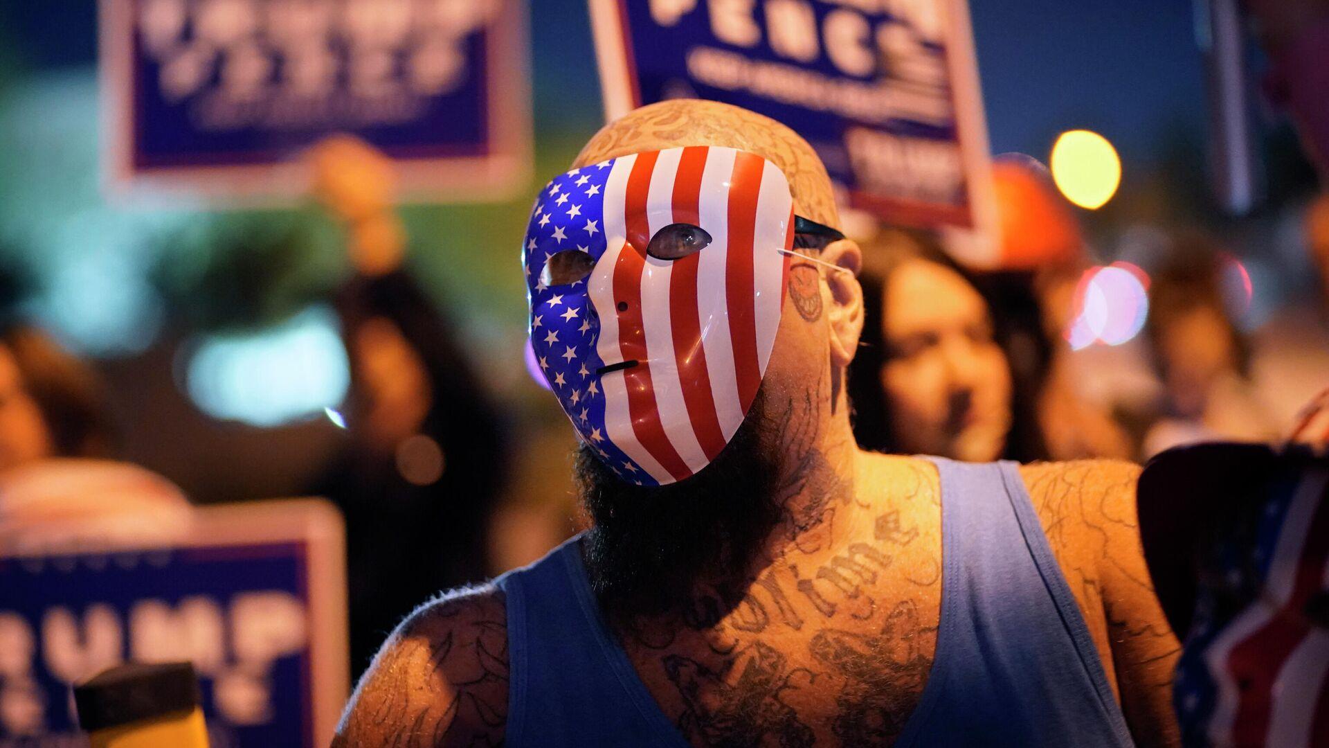 Сторонники президента Дональда Трампа во время акции протеста перед избирательным отделом округа Кларк в Лас-Вегасе - РИА Новости, 1920, 01.12.2020