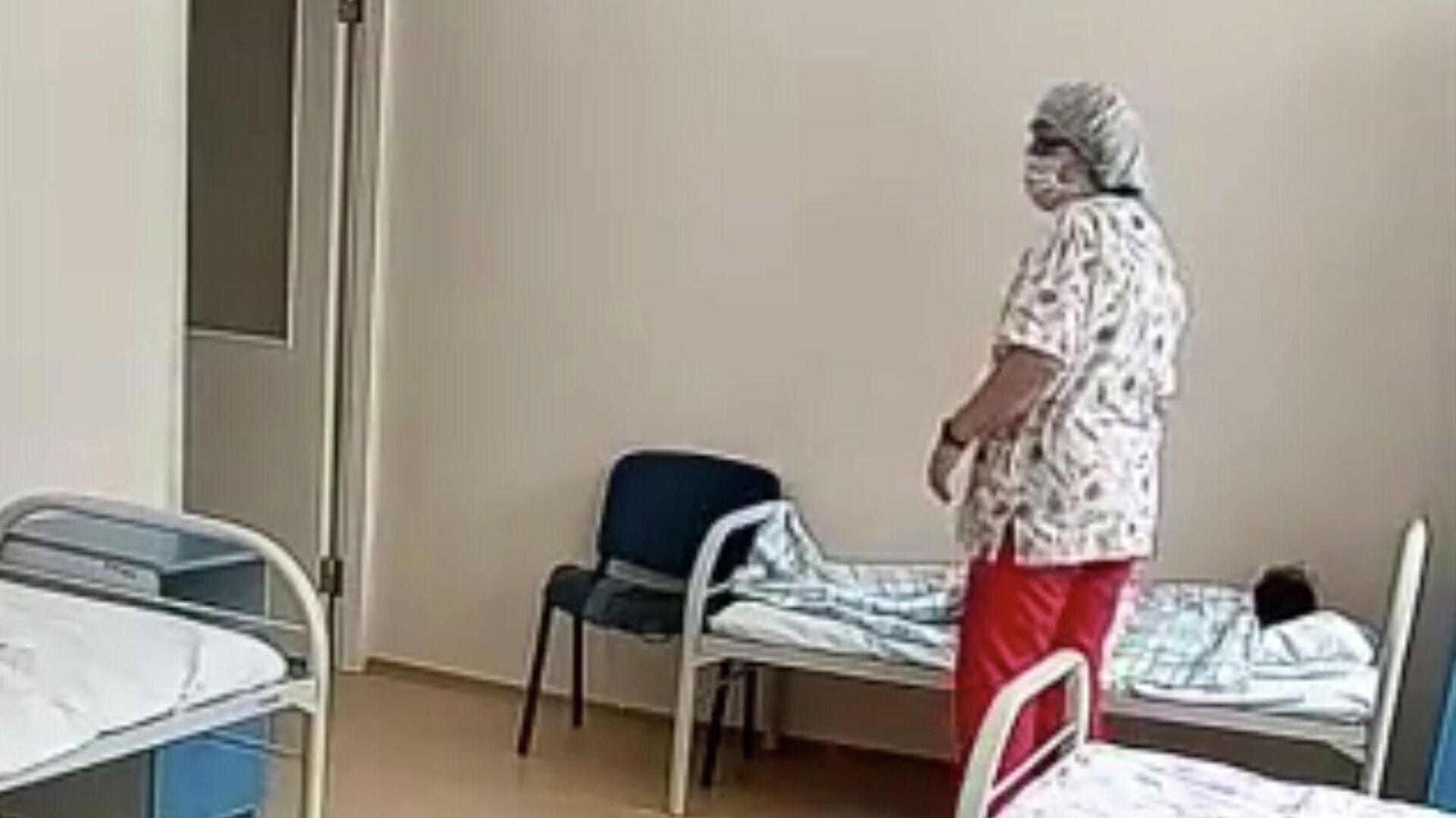 Кадр видео жестокого обращения с ребенком в больнице в Новосибирске - РИА Новости, 1920, 16.12.2020