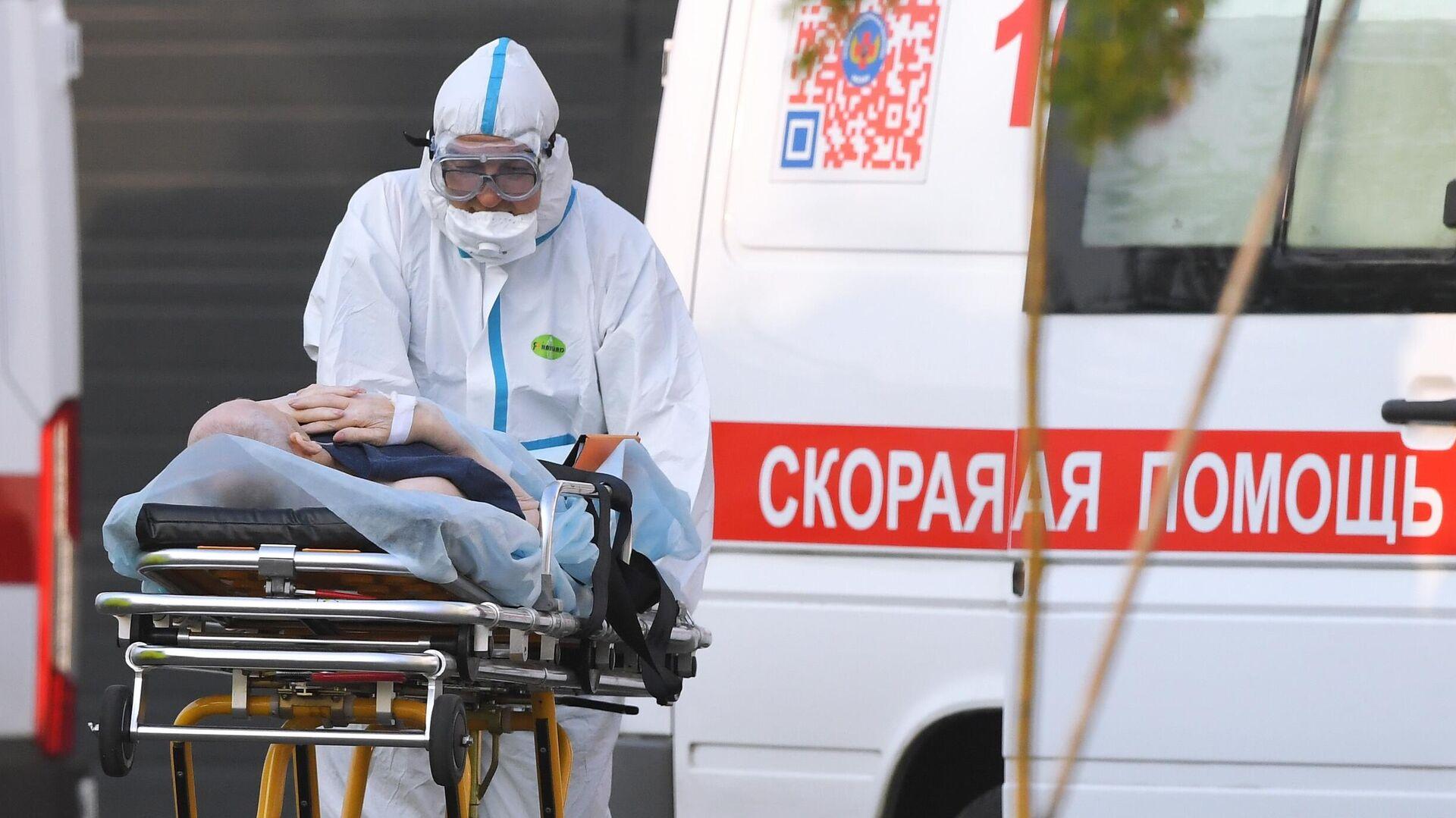 Работник скорой помощи и пациент у больницы в Коммунарке - РИА Новости, 1920, 09.11.2020