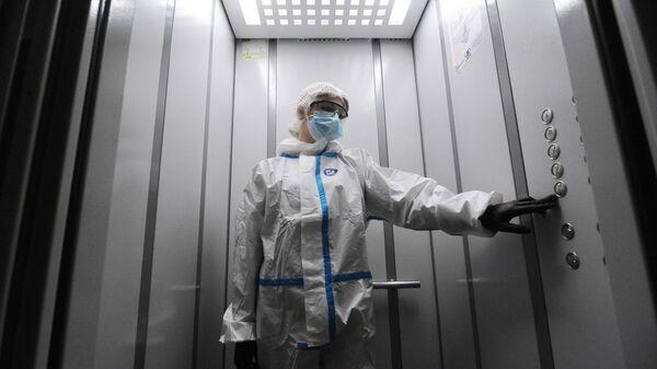 Врач в лифте жилого дома в Тамбове