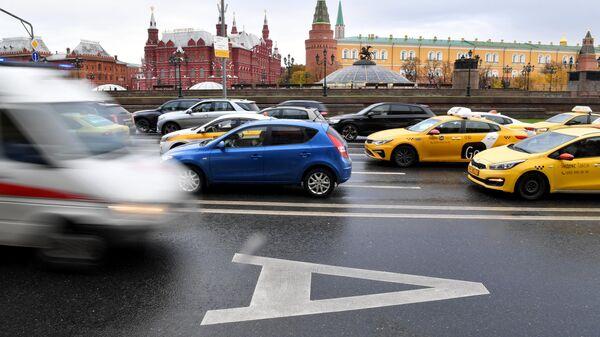 Выделенная полоса для общественного транспорта на Моховой улице в Москве