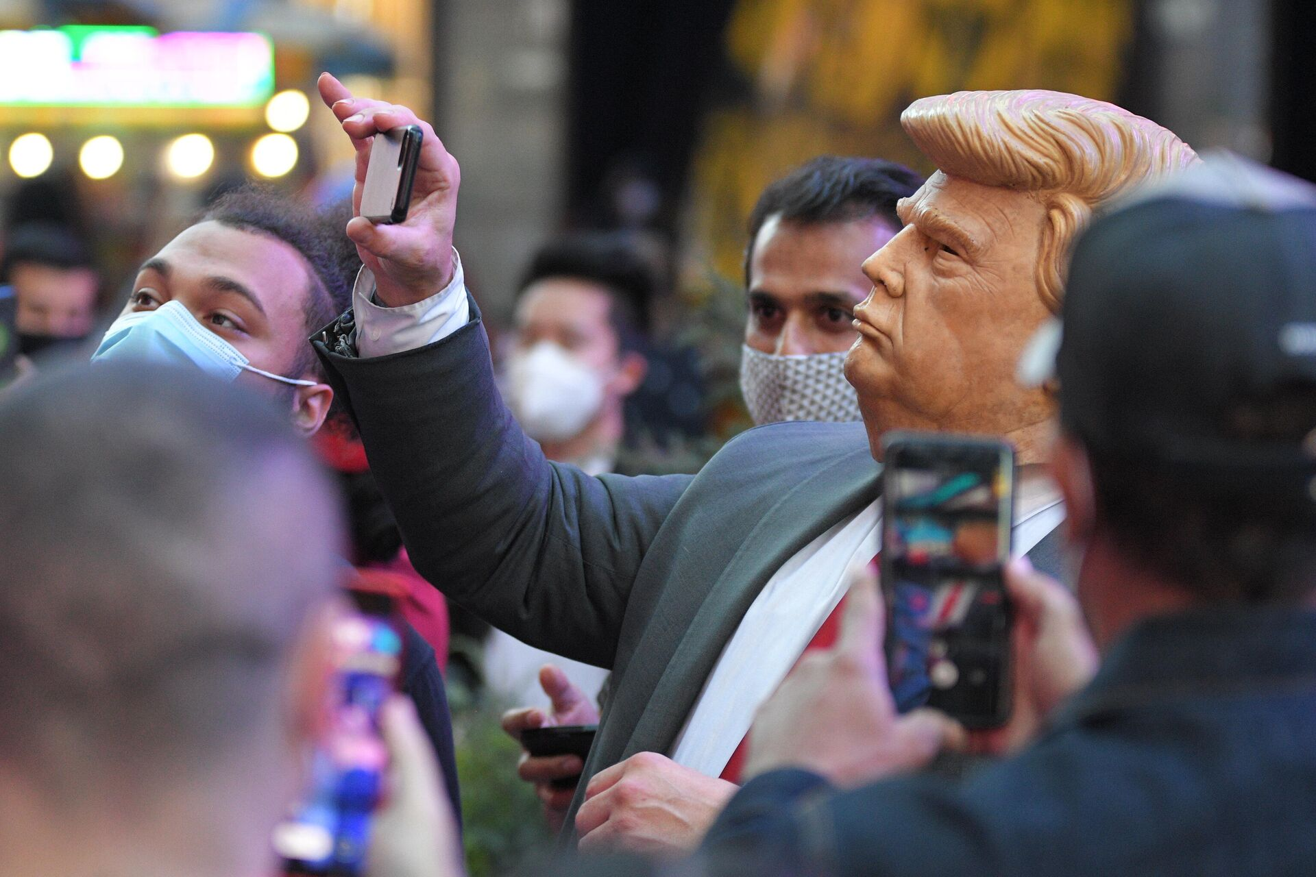 Люди на Таймс-сквер в Нью-Йорке после новостей о победе на выборах президента США кандидата от Демократической партии Джозефа Байдена - РИА Новости, 1920, 01.12.2020