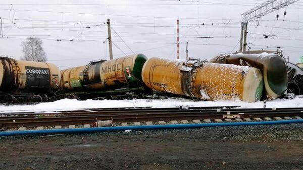 Сошедшие с рельсов вагоны на железной дороге на станции Татарская в Новосибирской области