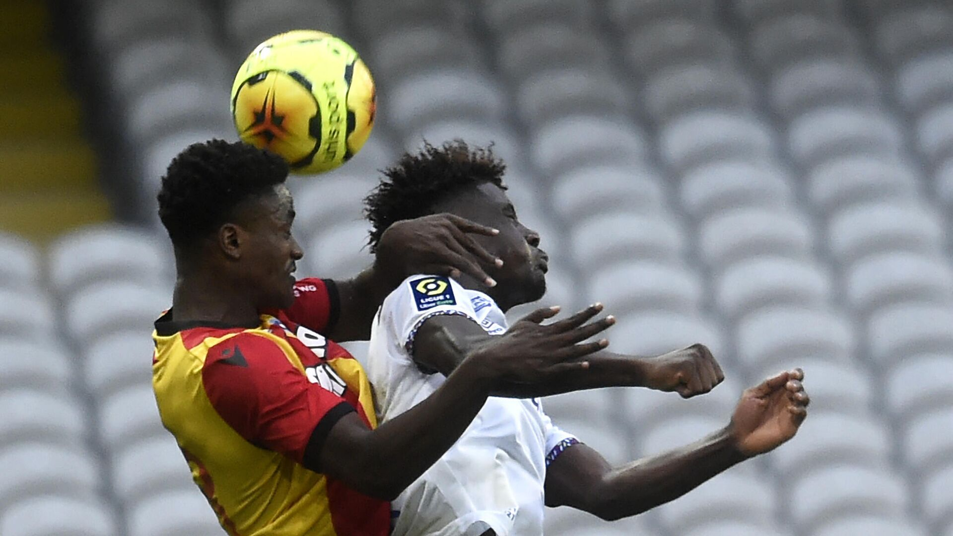 Lens' French defender Ismael Boura (L) fights for the ball with Reims' French forward Nathanael Mbuku during the French L1 football match between Lens (RCL) and Reims (SR) at the Bollaert-Delelis Stadium in Lens, northern France, on November 8, 2020. (Photo by FRANCOIS LO PRESTI / AFP) - РИА Новости, 1920, 08.11.2020