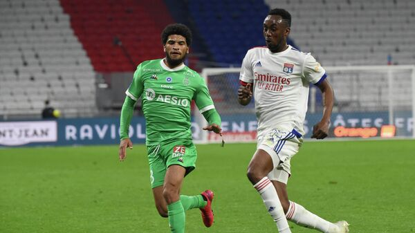Saint-Etienne's French midfielder Mahdi Camara (L) fights for the ball with Lyon's Zimbabwean forward Tino Kdewere (R) during the French L1 football match between Lyon (OL) and Saint-Etienne (ASSE) on November 8, 2020, at the Groupama stadium in Dйcine-Charpieu near Lyon. (Photo by JEAN-PHILIPPE KSIAZEK / AFP)