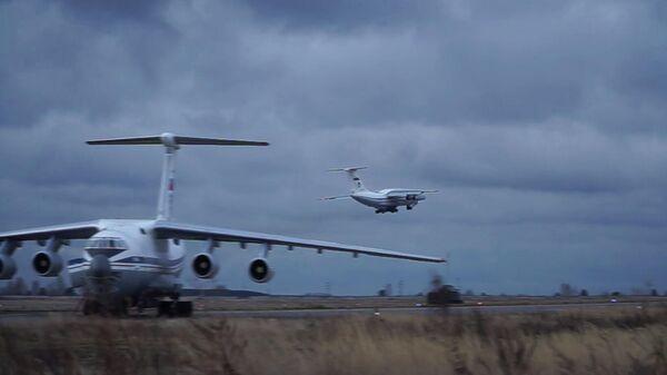 Тяжёлый военно-транспортный самолёт Ил-76 с военной техникой и личным составом на борту взлетает с аэродрома Ульяновск-Восточный