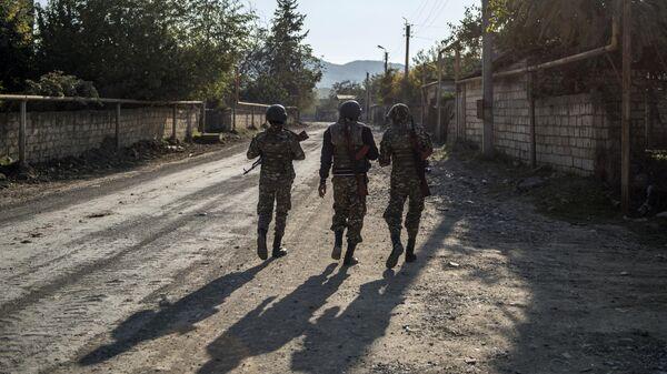Вооруженные мужчины на улице города Степанакерт