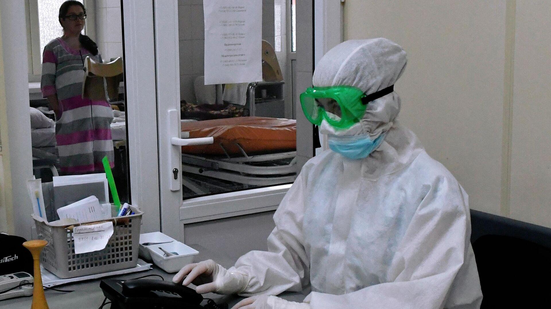 Медицинский работник в акушерском отделении для беременных с коронавирусом в роддоме №1 в Краснодаре - РИА Новости, 1920, 14.11.2020