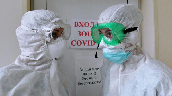 Медицинские работники в акушерском отделении для беременных с коронавирусом в роддоме №1 в Краснодаре
