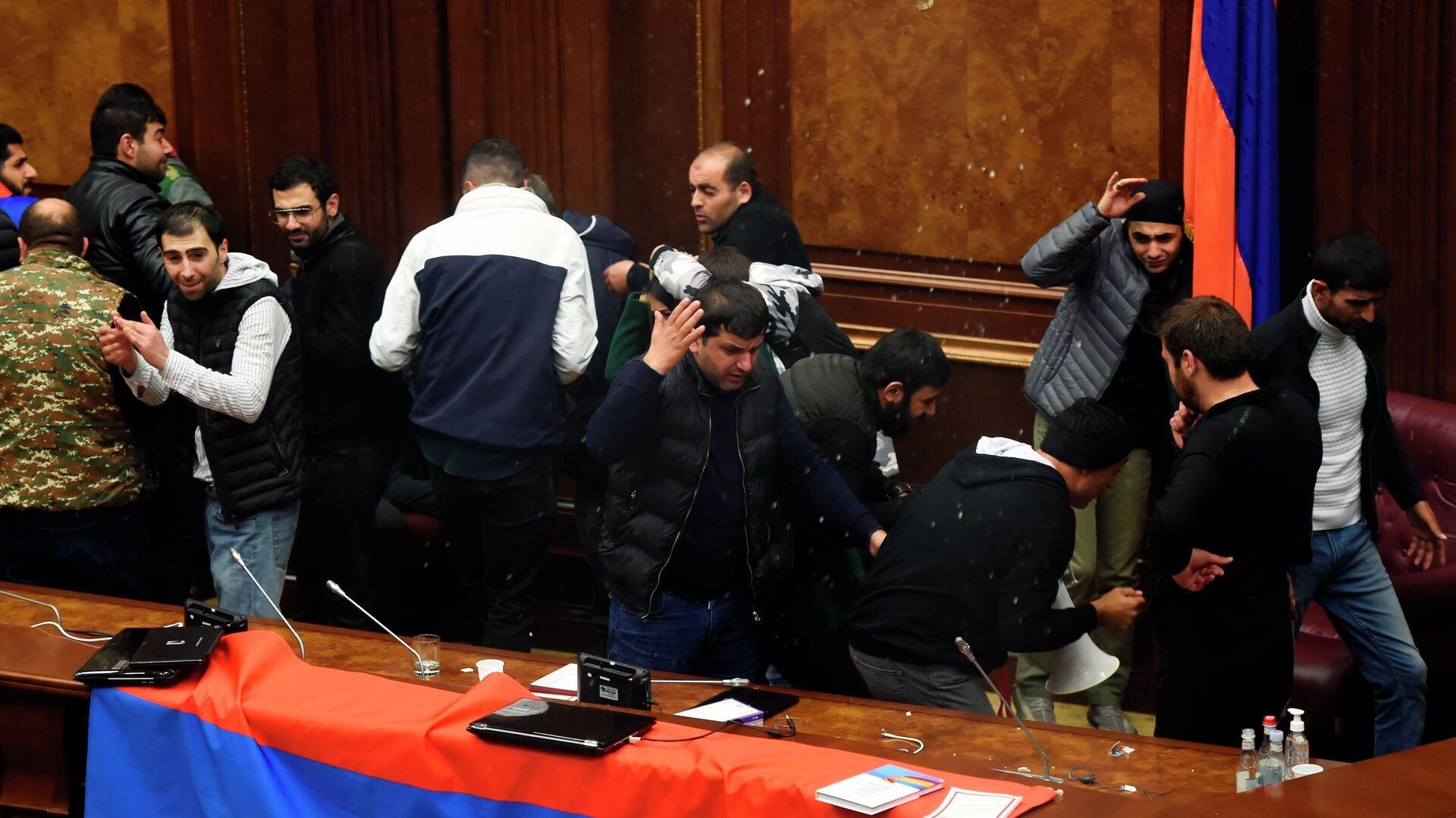Участники акции протеста в одном из залов в здании парламента Армении в Ереване - РИА Новости, 1920, 02.12.2020