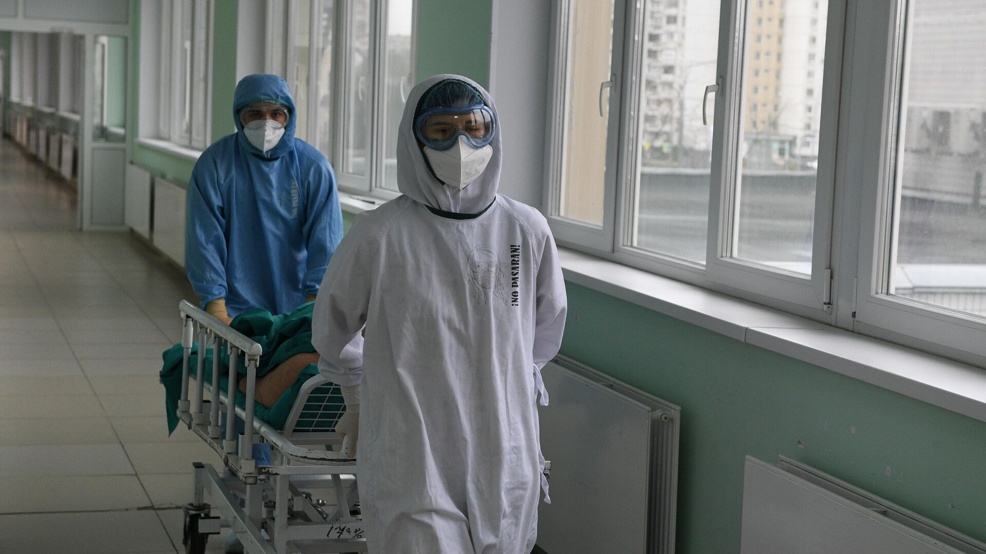 Медицинские работники и пациент в операционной ковид-госпиталя, организованного в городской клинической больнице No15 имени О. М. Филатова в Москве - РИА Новости, 1920, 11.05.2021