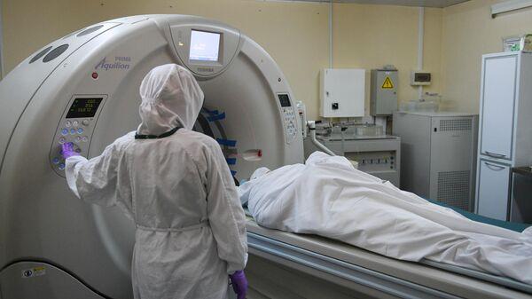 Медицинский работник у магнитно-резонансного томографа (МРТ) в ковид-госпитале, организованном в городской клинической больнице №15 имени О. М. Филатова в Москве