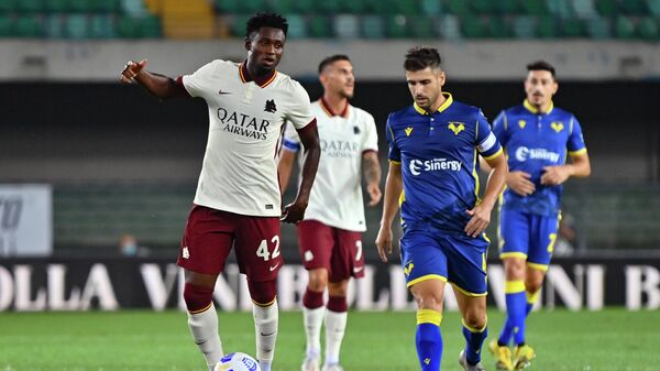 AS Roma's Guinean midfielder Amadou Diawara (L) controls the ball during the Italian Serie A football match Hellas Verona vs As Roma on September 19, 2020 at Marcantonio Bentegodi stadium in Verona. - Roma's match against Hellas Verona ended 0-0, but since Diawara, 23, was added by mistake by Roma in their under-22 list, the club could be assigned a 3-0 loss to Verona. (Photo by Alberto PIZZOLI / AFP)