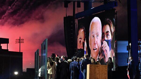Джо Байден на большом экране в Уилмингтоне, США