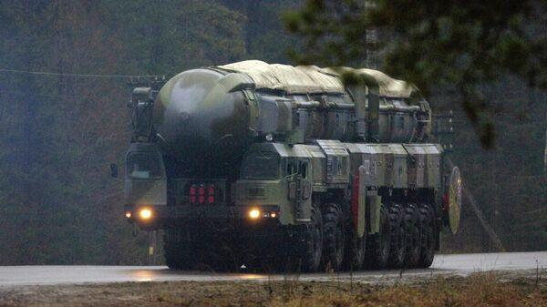 Подвижный грунтовый ракетный комплекс (ПГРК) стратегического назначения РС-12 Тополь выдвигается на позицию