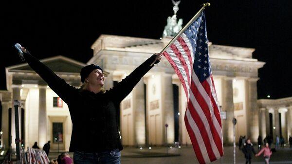 Празднование победы Джо Байдена на площади перед  Бранденбургскими воротам в Берлине