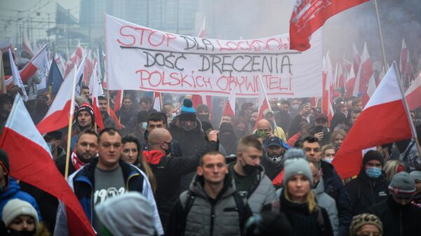Участники традиционного марша в Варшаве, организованного организациями националистов, по случаю Дня независимости Польши