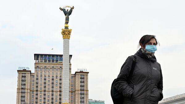 Женщина на площади Независимости в Киеве
