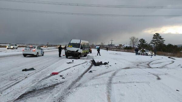 Сотрудники полиции работают на месте ДТП в Березовском районе с участием микроавтобуса