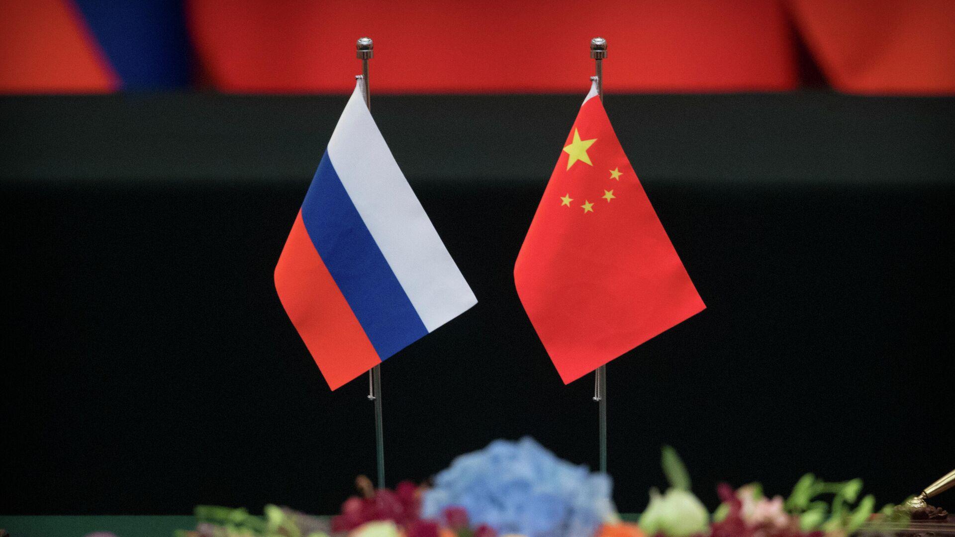 Государственные флаги России и Китая на столе в Доме народных собраний в Пекине - РИА Новости, 1920, 21.11.2020