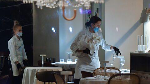 Официантки в закрытом ресторане на одной из улиц в Москве