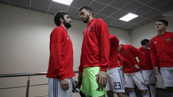 Футболисты сборной России Георгий Джикия (слева) и Маринато Гилерме