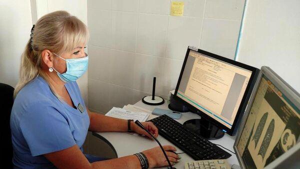 Врач ставропольской краевой больницы во время заполнения документов