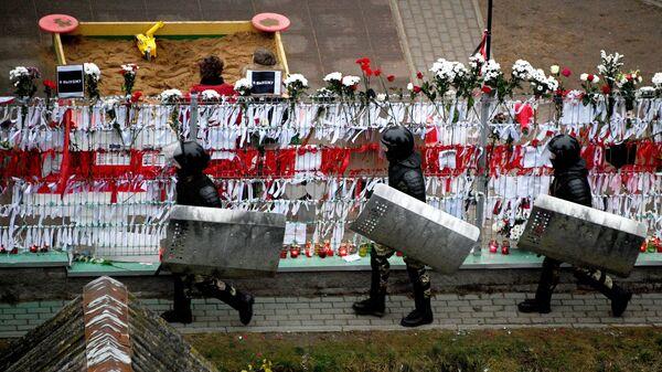 Сотрудники правоохранительных органов во время акции протеста у народного мемориала в память о погибшем 12 ноября жителе белорусской столицы Романе Бондаренко на Площади перемен в Минске