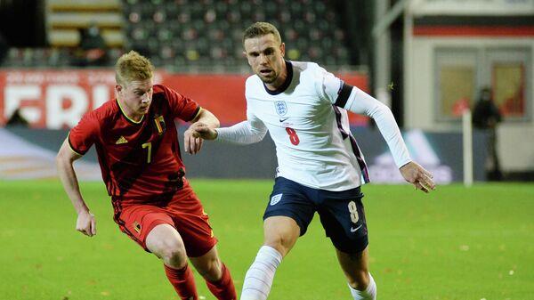 Полузащитник сборной Англии Джордан Хендерсон (справа) и полузащитник сборной Бельгии Кевин Де Брёйне в матче Лиги наций