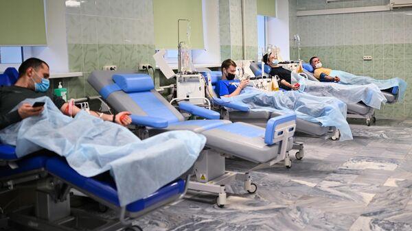 Пациенты, переболевшие COVID-19, сдают плазму в городской клинической больнице №52 в Москве
