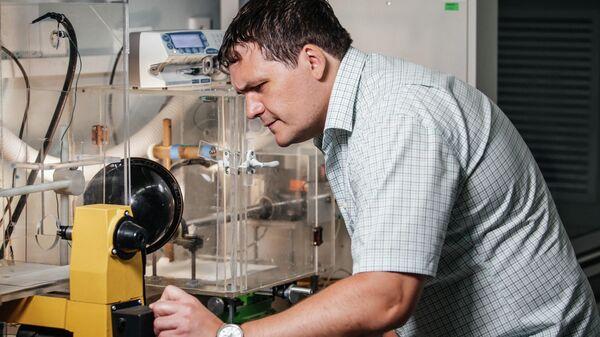 Роман Сурменев осуществляет процесс получения трехмерных полимерных скаффолдов методом электроформования