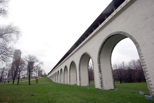 Отреставрированный Ростокинский акведук в Москве.