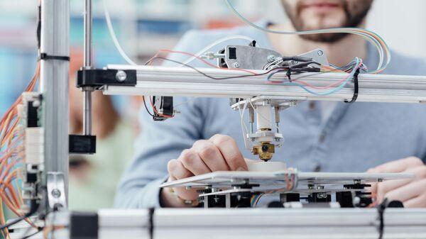 Инженер во время работы с 3D-принтером