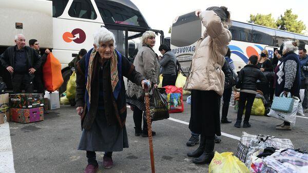 Беженцы из Степанакерта перед возвращением домой