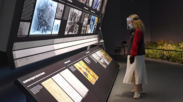 Сотрудница в зале основной экспозиции Еврейского музея и центра толерантности в Москве