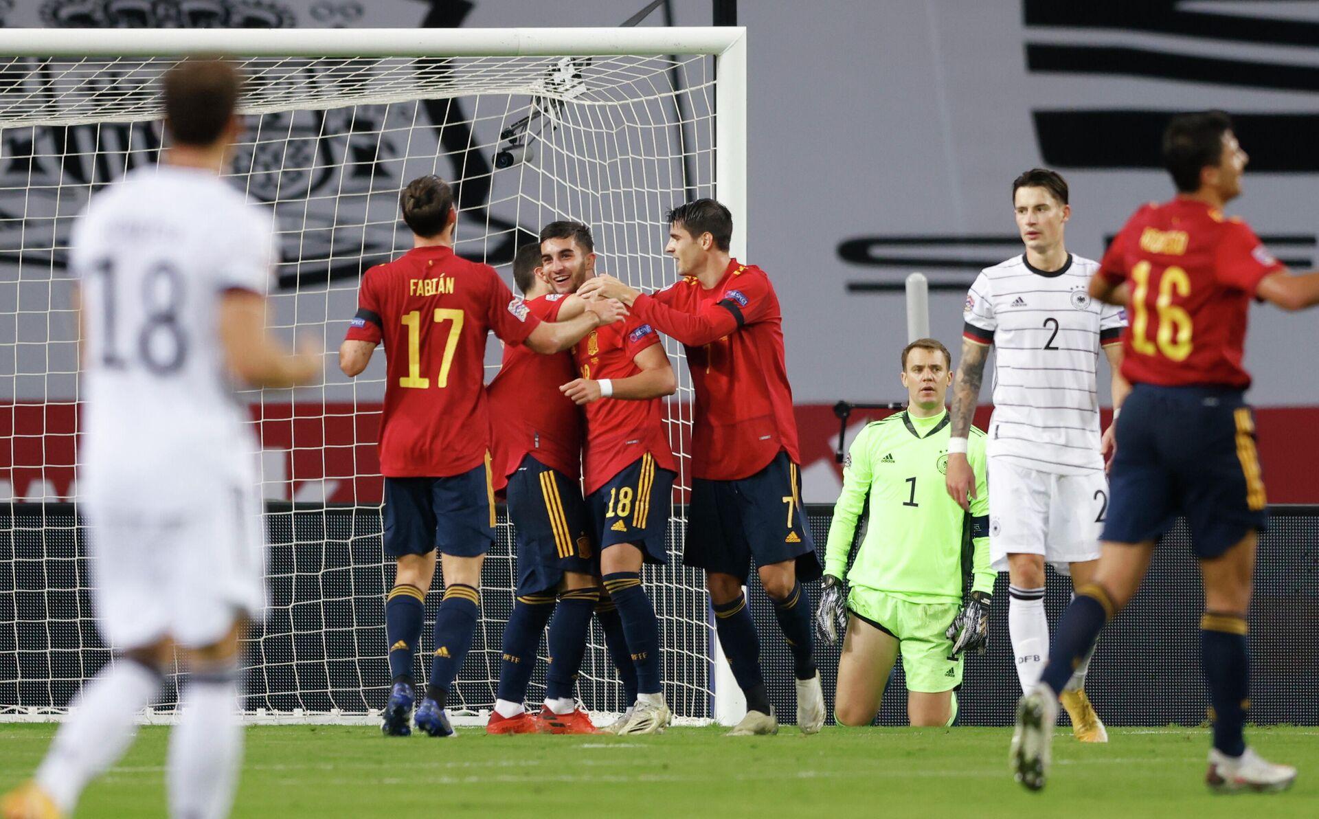 Футболисты сборной Испании радуются голу в ворота сборной Германии - РИА Новости, 1920, 19.11.2020