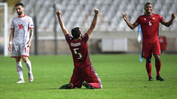 Полузащитник сборной Армении Артак Григорян радуется победе