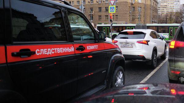 Автомобиль Следственного комитета на дороге