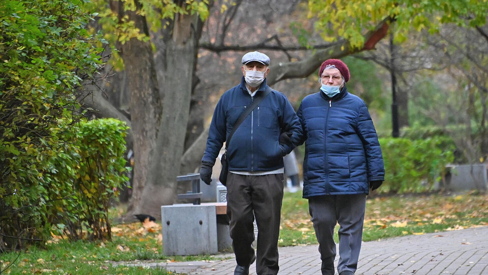Пожилые люди в защитных масках на улице - РИА Новости, 1920, 05.12.2020